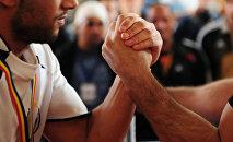 Спорсмены на соревнованиях по армрестилнгу. Архивное фото