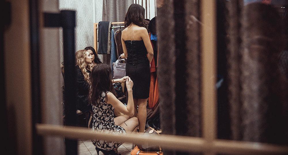 Девушки в примерочной. Архивное фото
