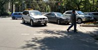 Неправильная парковка на пересечении бульвара Эркиндик и улицы Токтогула