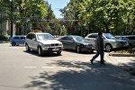Автомобили, припарковавшиеся на перекрестке бульвара Эркиндик и улицы Токтогула. Архивное фото