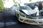 Ош шаарынын Масалиев көчөсүндөгү Жылдызча балдар бакчасынын алдынан Nissan үлгүсүндөгү унаа жөө жүргүнчүнү коюп кеткен