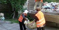 Свердловская районная администрация вывезла мусор из квартиры бишкекчанки по жалобе ее соседей
