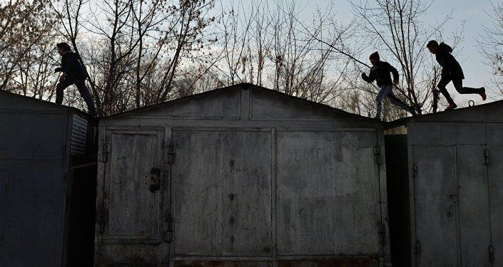 Дети бегают по крышам гаражей. Архивное фото