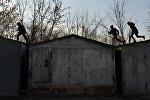 Дети бегают по крышам гаражей во дворе. Архивное фото