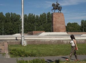 Девушка идет по центральной площади Ала-Тоо. Архивное фото