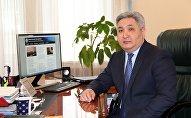 Архивное фото чрезвычайного и Полномочного Посса Кыргызской Республики в России Болота Отунбаева в кабинете