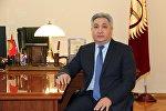 Архивное фото чрезвычайного и Полномочного Посла Кыргызской Республики в России Болота Отунбаева в кабинете