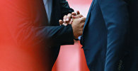 Мужчины держатся за руки. Архивное фото
