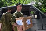 Представители авиабазы ОДКБ Кант во время оказания материальной помощи. Архивное фото