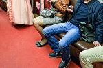 Мужчина в метро. Архивное фото
