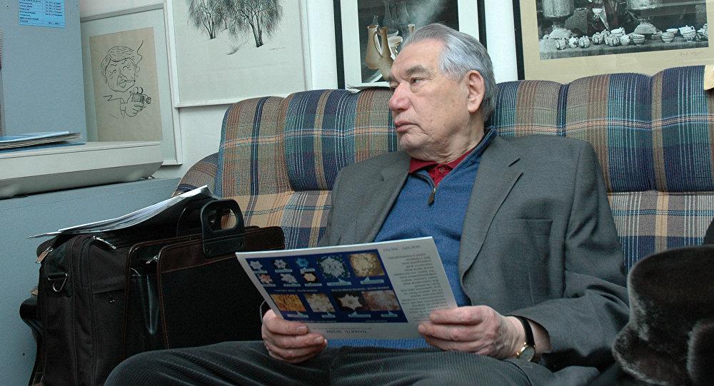 Архивное фото писателя Чингиза Айтматова в фотостудии