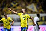 Шведский нападающий Ола Тойвонен празднует забитый гол в отборочном матче Кубка мира ФИФА в Стокгольме.