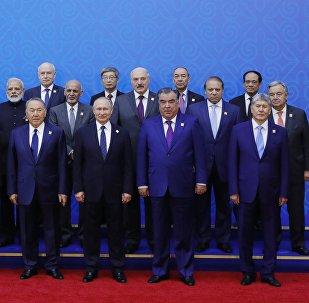 Президент РФ Владимир Путин во время фотографирования участников заседания совета глав государств - членов Шанхайской организации сотрудничества (ШОС) в расширенном составе.