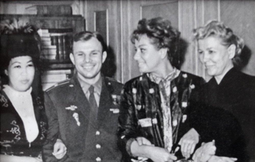Самара Токтакунованын космонавт Юрий Гагарин менен түшкөн сүрөтү. Комузчу бул ирмемдер 1962-жылы Москвада тартылганын айтып берди.