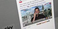 Британский политолог Мэтью Гудвин ест свою книгу в прямом эфире. Фото со страницы Twitter телеканала Sky News