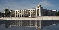 Вид на арки здания Илбирс на площади Ала-Тоо в Бишкеке. Архивное фото