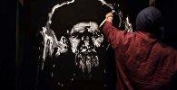 Портрет Токтогула Сатылганова написали необычно — видео процесса