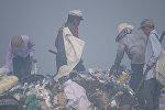 Дети на мусорном полигоне в Бишкеке. Архивное фото