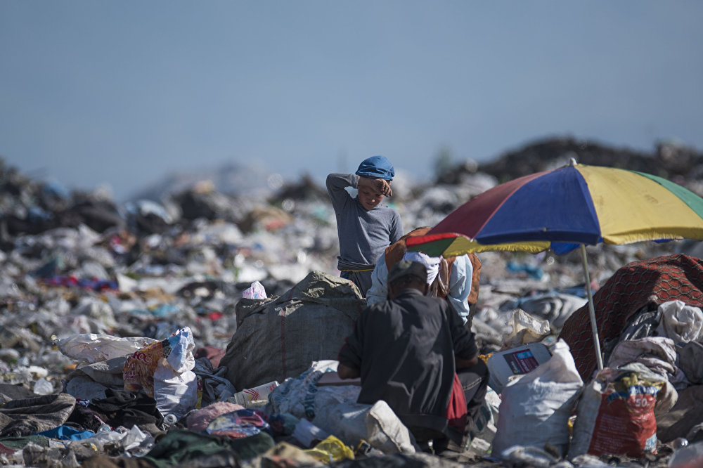 Эл аралык эмгек уюмунун маалыматы боюнча 50 миңге чукул кыргызстандык өспүрүм үй-бүлөсүнө жардам берүү үчүн саламаттыгын тобокелге салып таштанды таштоочу жана мал союучу жайларда иштейт