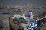 Мальчик на мусорном полигоне в Бишкеке. Архивное фото