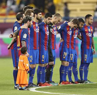 Игроки футбольного клуба Барселона перед началом дружеского матча с Аль-Ахли в Саудовской Аравии. Архивное фото