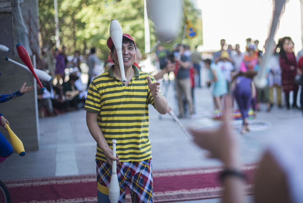 Бишкекте дүйшөмбү күнү республикалык IV театр фестивалынын ачылыш аземи болуп өттү. Иш-чара Ала-Тоо аянтындагы шаңдуу жүрүш менен башталды