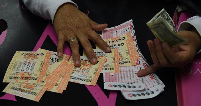 Мужчина покупает лотерею Powerball в одном из магазинов Калифорнии. Архивное фото