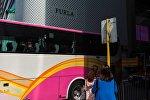 Пассажиры у туристического автобуса в Китае. Архивное фото