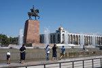 Горожане у фонтанов на площади Ала-Тоо в Бишкеке. Архивное фото