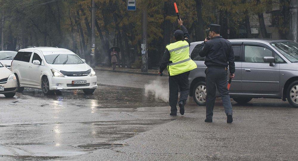 Сотрудники патрульной милиции регулируют движение. Архивное фото
