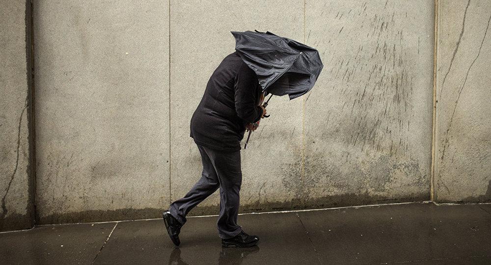 Женщина идет во время сильного ветра. Архивное фото