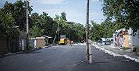 В Бишкеке расширили проезжую часть улицы Фатьянова, но вот столб телефонной связи стоит теперь почти посредине дороги