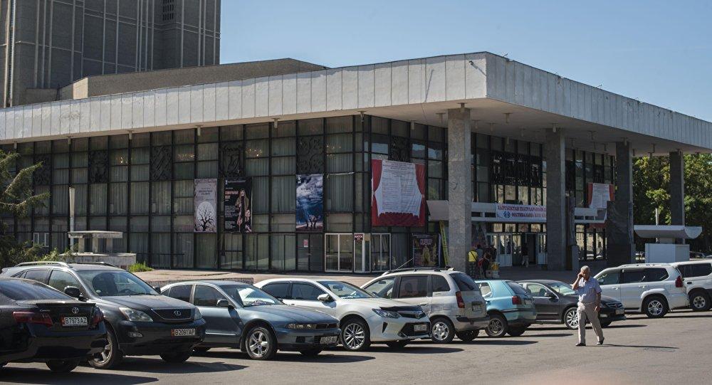 Здание Кыргызского Национального драматического театра имени Токтоболота Абдымомунова построено в 1970 году в Бишкеке. Архивное фото