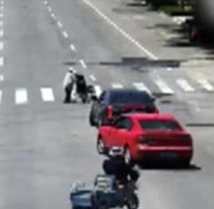 Водитель заблокировал путь машинам, чтобы пропустить бабушку