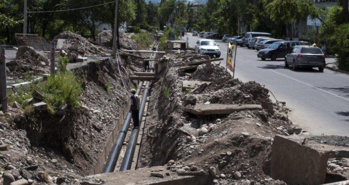 Замена водосточных труб в 7-м микрорайоне Бишкека