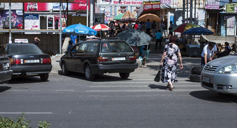 Женщина у Орто-Сайского рынка. Архивное фото