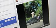 Два инспектора патрульной милиции пытаются снять с крыши автомобиля пожилого мужчину. Фото со страницы Facebook пользователя Болот Ибрагимов