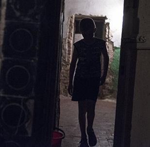 Подросток в коридоре. Архивное фото