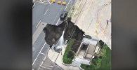 Земляная воронка поглотила фургон и машину — видео очевидцев