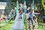 Дети играют на площадке в селе Орловка, построенной в рамках проекта ПРООН