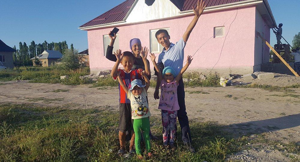 Үч баласы менен жалгыз калган энеге кайрымдуулуктан чогулган каражатка Чүй облусунун Степное айылында алты бөлмөлүү үй курулду