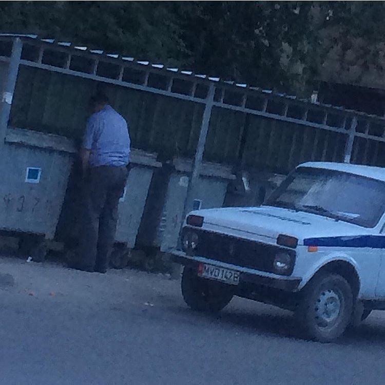 Милиционер справляет нужду на улице Гоголя в Бишкеке