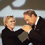 Народный артист Алексей Баталов вручает премию актрисе за победу в номинации За лучшую женскую роль в 2000 году