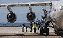 Пассажиры выходят с самолета в международном аэропорту в селе Тамчи, Иссык-Кульской области. Архивное фото