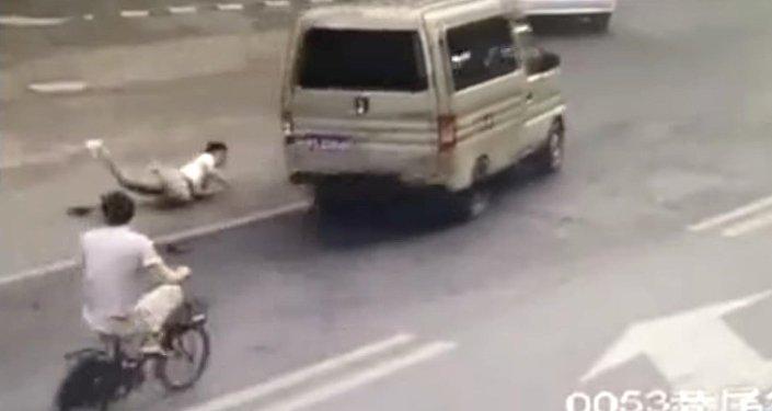ВСША байкер пнул легковую машину иустроил серьезное массовое ДТП надороге