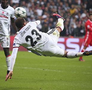 Дженк Тосун из Бешикташа забивает гол Бенфике во время футбольного матча Лиги чемпионов группы В в Стамбуле. 23 ноября 2016 года