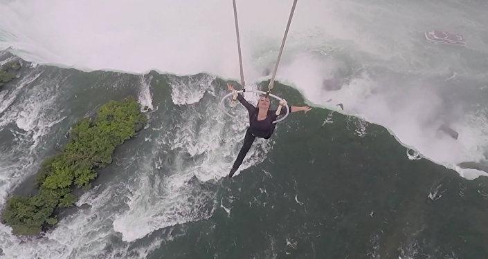 Акробатка над Ниагарским водопадом