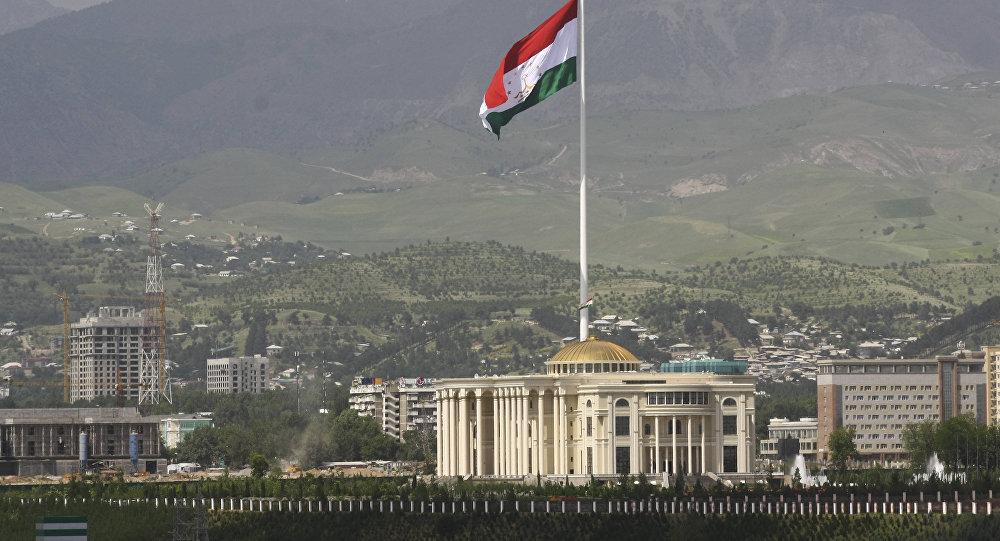 Государственный флаг Таджикистана на флагштоке в Душанбе. Архивное фото