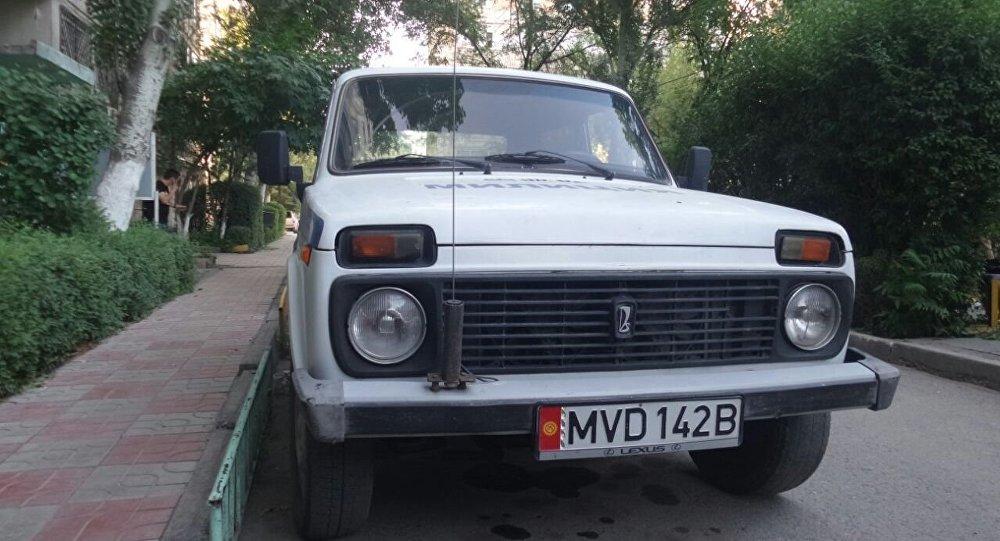 Милиционер справил нужду на улице Гоголя в Бишкеке