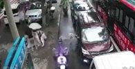 Ребенок родился на улице под дождем — роды приняли прохожие